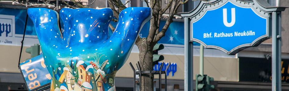 Blaue Tasche vor dem U-Bahnhof Rathaus Neukölln