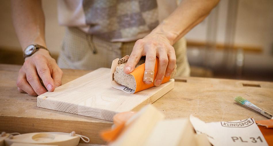 In der Zuverdienstwerkstatt werden neben Kuriertaschen auch Schneidebretter aus Massivholz gefertigt